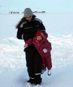 Hekla og Inga í snjónum á Hamarsey jól 2008.